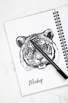 ペンとノートで机の表面を平らに置く