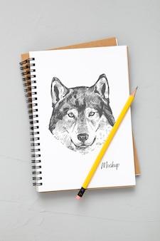 鉛筆とノートで机の表面を平らに置く