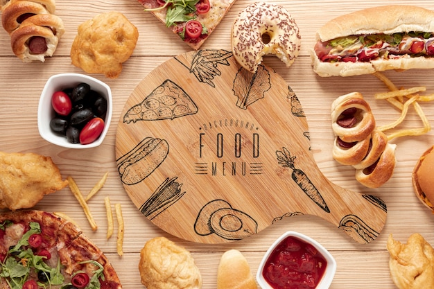 木製のテーブルのモックアップにファーストフードのフラットレイアウト