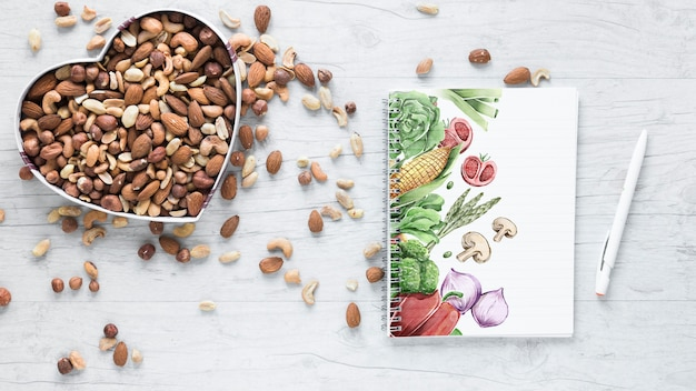 Плоская планировка здоровой пищи с макетом блокнота