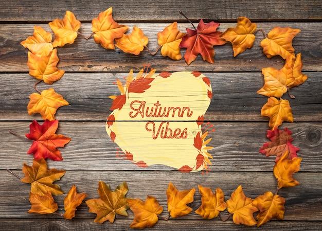 가을 분위기가있는 나뭇잎의 평평한 누워