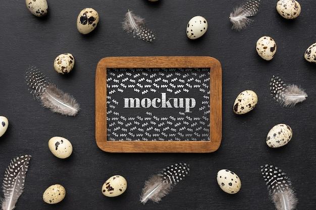 卵とモックアップフレームデザインのフラットレイ