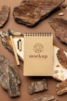 鉛筆と木で紙の文房具のフラットレイ