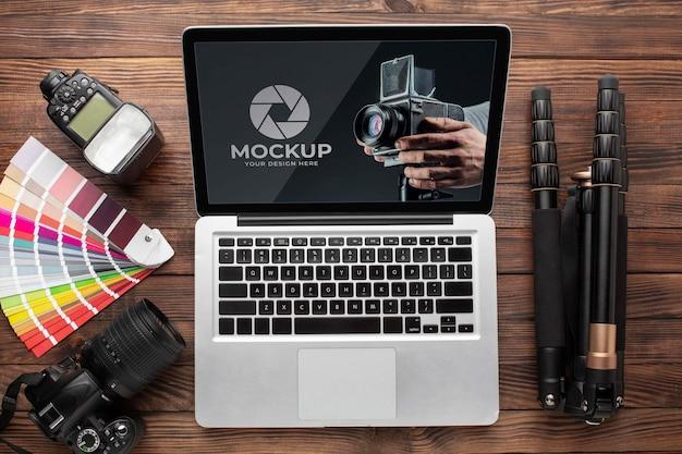 Плоская планировка деревянного рабочего места фотографа с ноутбуком