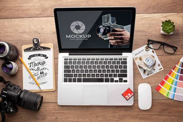 노트북과 사진 작가 나무 작업 공간의 평면 배치