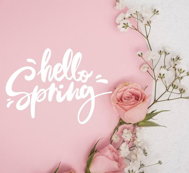 다른 꽃과 분홍색 봄 장미의 평면 배치