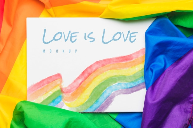 プライドのメッセージ付きの虹色の生地のフラットレイアウト