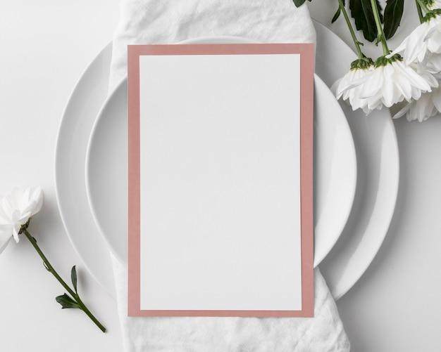 스프링 메뉴 모형과 접시가있는 평평한 테이블 배치