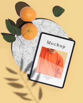 写真と柑橘類のタブレットのフラットレイアウト