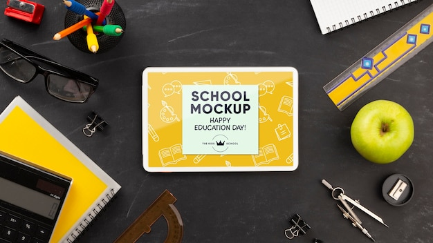 교육의 날을위한 학교 필수품이 포함 된 태블릿의 평면 배치