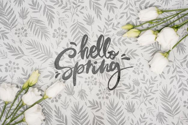 白い春のバラのフラットレイアウト