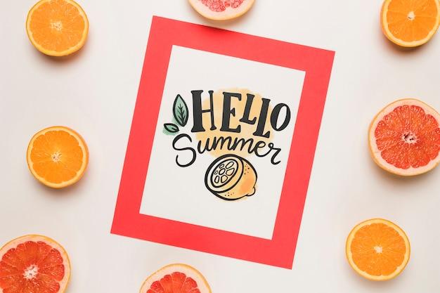 夏の果物とフラットレイアウト紙カードモックアップ