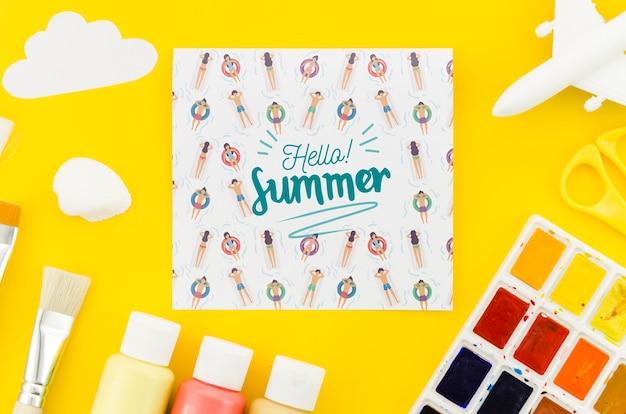 夏の概念のための平らなレイ紙モックアップ