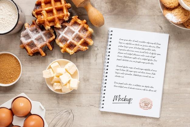 Lay piatto di pasticcini con notebook