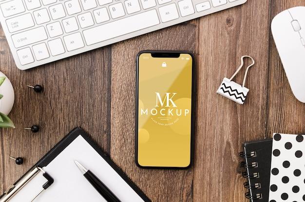 Плоский макет телефона на столе