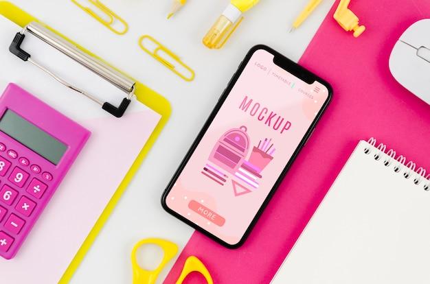 Mock-up di smartphone piatto laici con calcolatrice sulla scrivania
