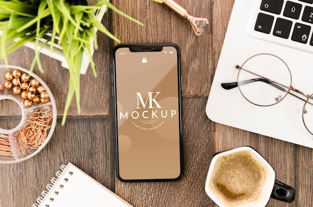 Плоский макет смартфона с ноутбуком и очками