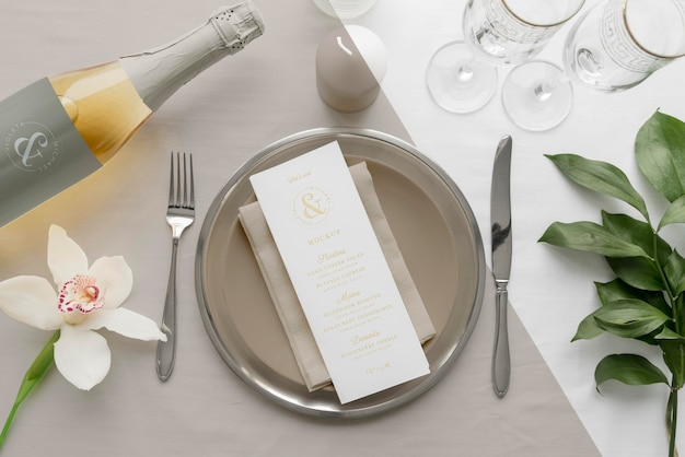 Disposizione piatta del mock-up del menu primaverile su piatti con bottiglia di vino e posate