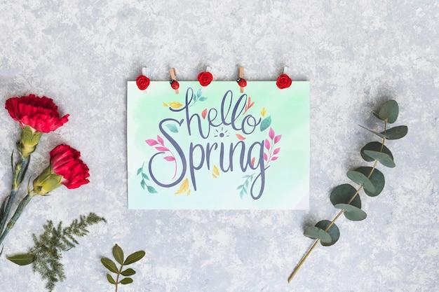 Плоский лежал весенний макет с поздравительной открыткой