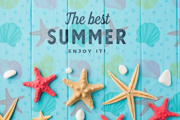 Плоские лежали летние морские звезды на столе