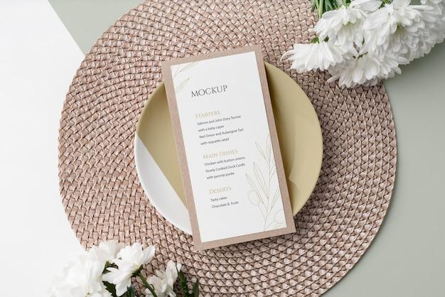 Disposizione piatta della disposizione dei tavoli con piatto e mock-up del menu primaverile