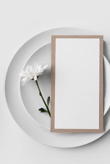 Disposizione piatta della disposizione dei tavoli con piatti e mock-up del menu primaverile