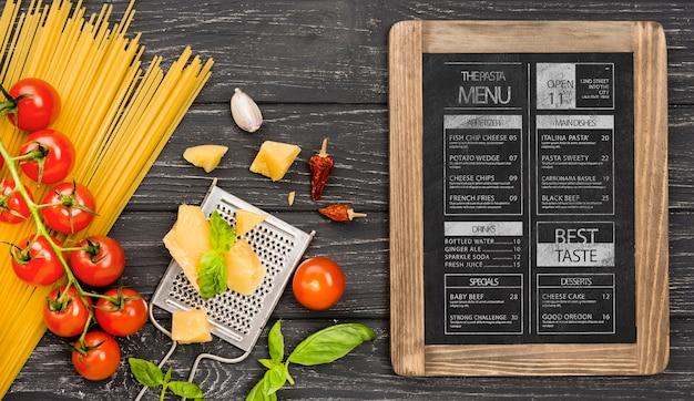 평평한 토마토와 파스타 배열