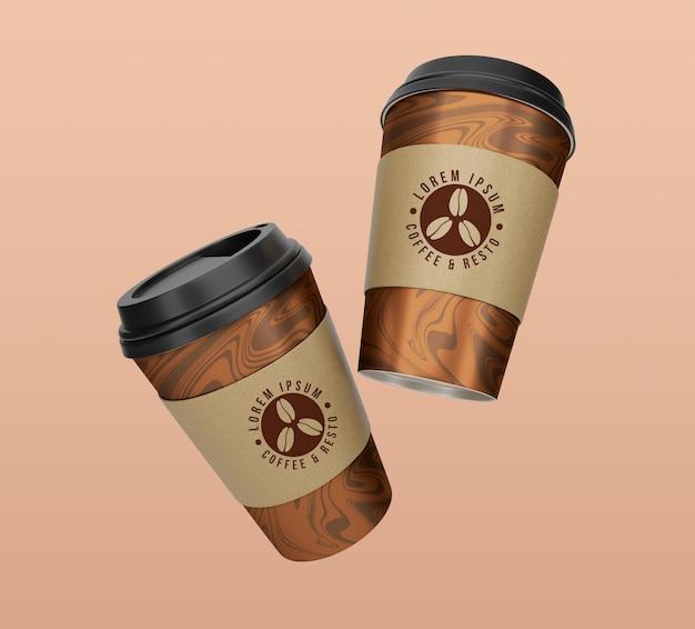 フローティングテイクアウトコーヒーと紅茶の紙コップのモックアップデザイン