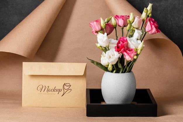 Composizione floreale con busta mock-up