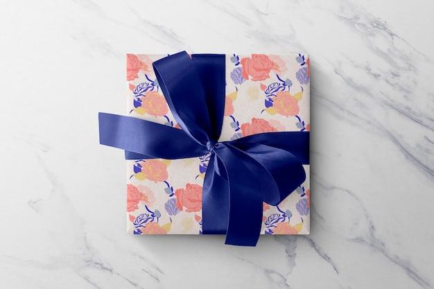 Цветочный макет подарочной коробки psd разноцветные розы бумажная упаковка с голубой лентой