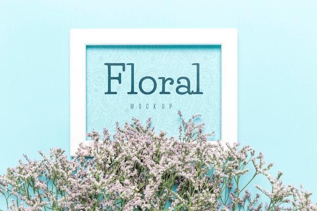 白いフレームと花のモックアップのコンセプト