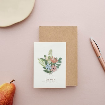 Mockup di cartolina floreale su una superficie rosa
