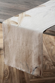 木製テーブルに花のテーブルランナーモックアップpsd