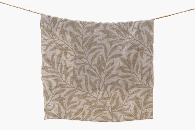 Цветочный макет полотенца psd висит на веревке для стирки