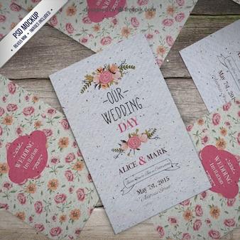花の結婚式の招待状のモックアップ