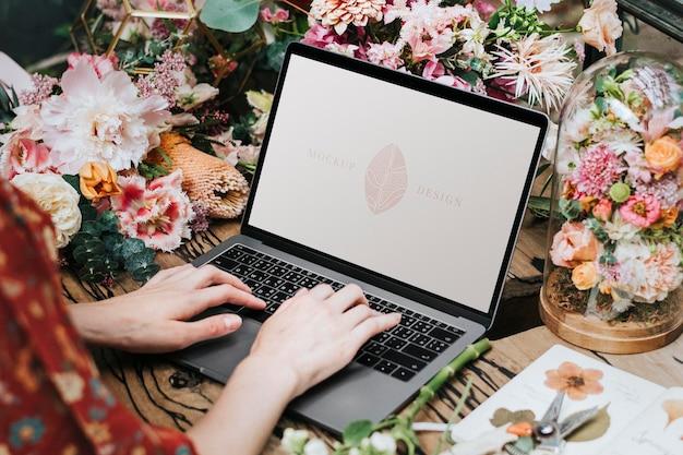 Флорист с помощью макета экрана ноутбука