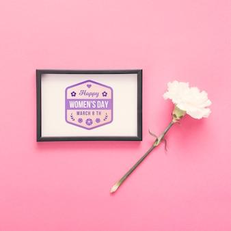 ピンクの背景の花とフレームのモックアップ