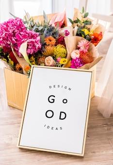 Макет цветы с золотой рамкой