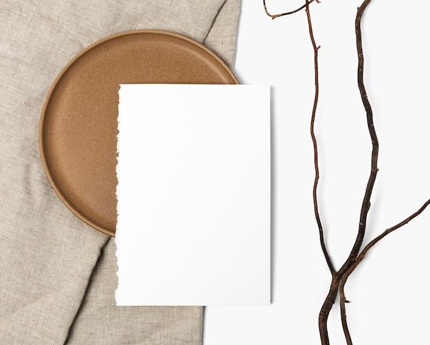 평면 누워 스타일의 나무 접시에 플라이어 psd 모형
