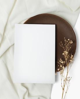 Макет флаера psd на деревянной тарелке в стиле плоской планировки