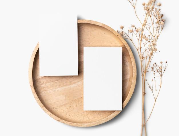 Flyer psd mockup su piatto di legno in stile piatto