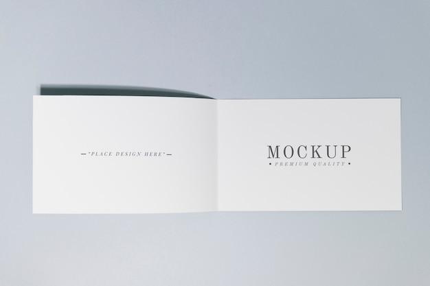 折り畳み式のカードまたはパンフレットのモックアップ