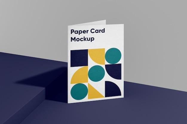 折りたたまれたa4紙カードモックアップ