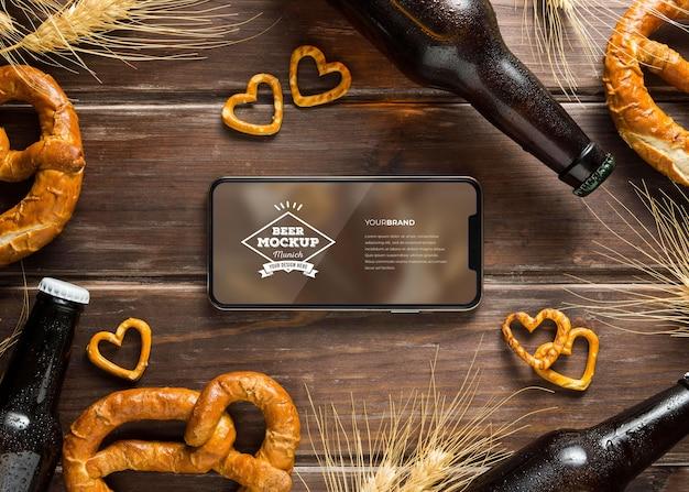 모형 스마트폰 화면 구성이 있는 음식과 맥주