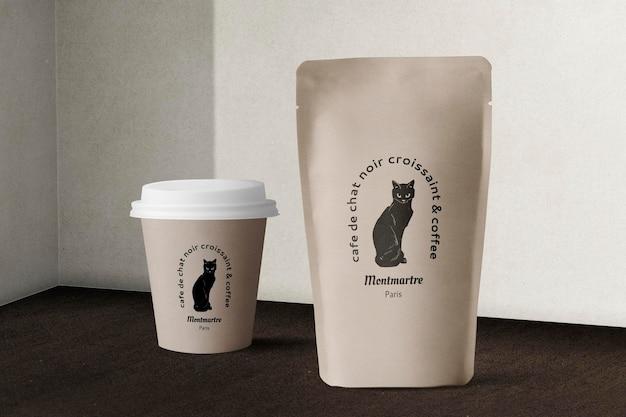 Psd макет пищевой упаковки с бумажным стаканчиком и пакетом