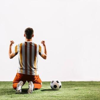 サッカー選手を祝う