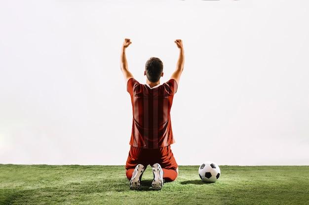 Футболист празднует