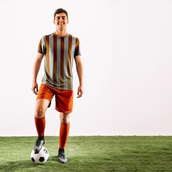 Футболист позирует