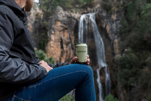 Escursionista della foresta con lattina mockup