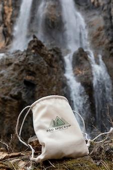 缶モックアップでの森のハイキング